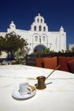 Griechischer Kaffee und Kirche Stockfotografie