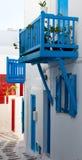 Griechischer klassischer blauer Balkon auf den schmalen Straßen Stockfotos
