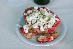 Griechischer Lebensmittelzwieback mit Tomate und Feta Stockfotos