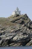 Griechischer Leuchtturm auf felsige Klippe bei Paros Griechenland stockbilder
