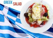 Griechischer Salat über griechischer Flagge Lizenzfreie Stockfotos