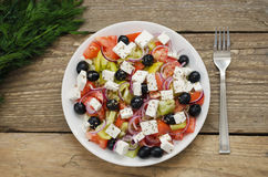 Griechischer Salat auf einer Platte Stockfoto