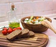 Griechischer Salat, Brot, Kirschtomate und Olivenöl Lizenzfreies Stockbild