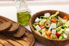 Griechischer Salat, Brot, Kirschtomate und Olivenöl Lizenzfreie Stockfotos