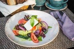 Griechischer Salat in der Platte in den Sonnenstrahlen Stockbild