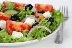 Griechischer Salat in der Schüssel oder in der Platte mit Tomaten, Feta und oliv Stockbild