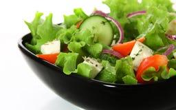 Griechischer Salat in der schwarzen Platte Stockbild