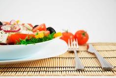 Griechischer Salat in der weißen Platte Lizenzfreies Stockbild