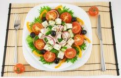 Griechischer Salat in der weißen Platte Stockbild