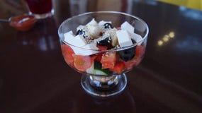 Griechischer Salat in einem Glasvase Stockfotografie