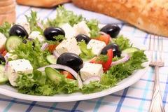 Griechischer Salat, gigantische schwarze Oliven, Schafe Käse, Brot Lizenzfreies Stockfoto
