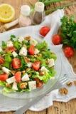Griechischer Salat lokalisiert auf einem weißen Hintergrund Stockfotografie