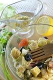 Griechischer Salat mit Croutons und Honigsenfbehandlung Lizenzfreies Stockfoto