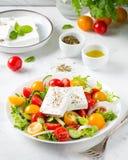 Griechischer Salat mit den bunten Kirschtomaten rot und gelb, cucumb lizenzfreies stockfoto