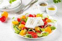 Griechischer Salat mit den bunten Kirschtomaten rot und gelb, cucumb stockbilder