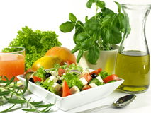 Griechischer Salat mit Feta, Oliven und Kopfsalat Stockbilder