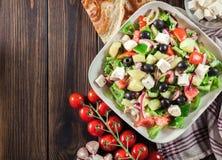Griechischer Salat mit Frischgemüse stockbilder