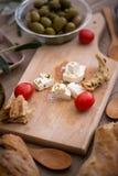 Griechischer Salat mit Frischgemüse, Feta und grünen Oliven Lizenzfreies Stockfoto