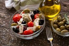 Griechischer Salat mit Frischgemüse, Feta und grünen Oliven Lizenzfreie Stockfotografie