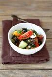 Griechischer Salat mit Gemüse und Hüttenkäse Stockfotos