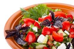Griechischer Salat mit Tomaten, Feta und Gemüse stockfotografie