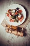 Griechischer Salat mit Ziegenkäse und Olivenöl Lizenzfreie Stockbilder