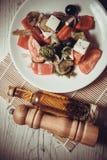 Griechischer Salat mit Ziegenkäse und Olivenöl Lizenzfreie Stockfotos