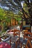 Griechischer Standardhof mit Blumen Stockbild