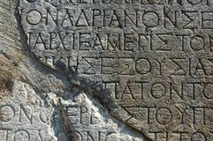 Griechischer Text-Beschreibung auf einem Felsen in Delphi Stockfoto