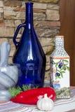 Griechisches Artlebensmittelfoto, Olivenöl, Gemüse, Pfeffer, eco Küche Stockfotografie