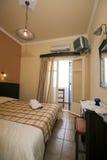 Griechisches Insel-Hotelzimmer Stockfotos