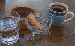 Griechisches Kaffeewasser-Aschenbecherplätzchen stockfotos