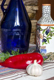 Griechisches Lebensmittelfoto, Olivenöl, Gemüse, Pfeffer, richtet eco Küche an Lizenzfreie Stockbilder