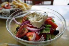 Griechisches salan auf dem Tisch Lizenzfreie Stockfotografie