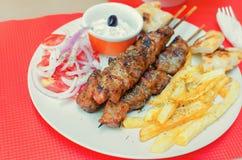 Griechisches souvlaki auf einer Tabelle in einem Restaurant lizenzfreies stockbild