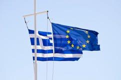 Griego y banderas de la UE en un palo de la nave Fotos de archivo libres de regalías