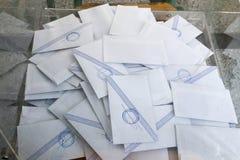 Grieken stemmen in bailout referendum stock fotografie