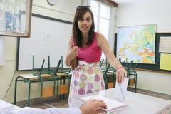 Grieken stemmen in bailout referendum stock afbeelding