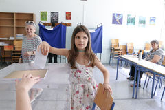 Grieken stemmen in bailout referendum stock foto