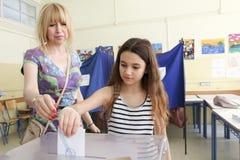 Grieken stemmen in bailout referendum stock foto's