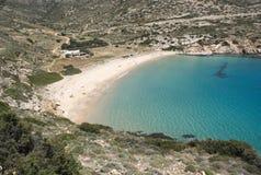 Griekenland, Donoussa een afgezonderde baai, met een oorspronkelijk strand en glasheldere blauwe wateren, stock foto