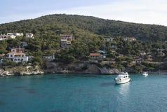 Griekenland het Eiland Agistri Een pijnboom beklede kust stock afbeeldingen