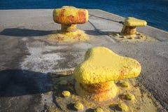 Griekenland, het Eiland Sikinos, meertrossen bij quayside royalty-vrije stock afbeeldingen