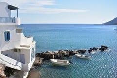 Griekenland het Eiland Sikinos, twee boten bij de eilandenhaven royalty-vrije stock fotografie