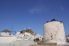 Griekenland, het eiland van Ios, windmolens stock foto