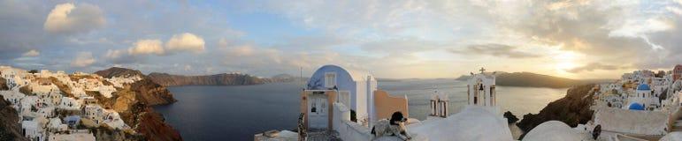 Griekenland. Het eiland van Santorini. Oia dorp. Panorama Stock Fotografie