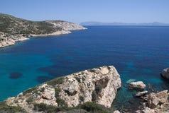 Griekenland het stille en mooie Eiland Donoussa Een mening van de klippen aan het Eiland Naxos stock foto's