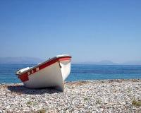 Griekenland, kleine boot op het strand Stock Afbeeldingen