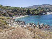 Griekenland, Korfu, Kassiopi 28 september, 2018: Weergeven van wit het zandstrand van Bataria met blauwe sunbeds en toeristenmens royalty-vrije stock afbeeldingen