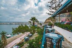 Griekenland Kreta Restaurant met gediende lijst in strandboulevard die van overzees en ongelooflijke meningseiland met adembeneme royalty-vrije stock afbeeldingen